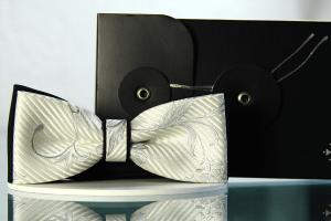 Fliege Ornament Cremeweiss mit Seidengrau auf Schwarz