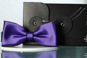 Fliege Uni Purpurviolett hell auf Schwarz