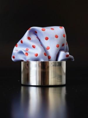 Pochette Punkte Pastelblau / Violettrot